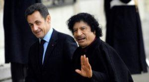 Nicolas Sarkozy et Mouammar Kadhafi, le 12 décembre 2007 à l'Elysee Photo STEPHANE DE SAKUTIN. AFP